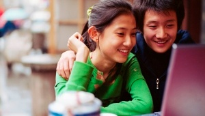 Adolescent_couple_using_laptop_300_170.jpg_822329849
